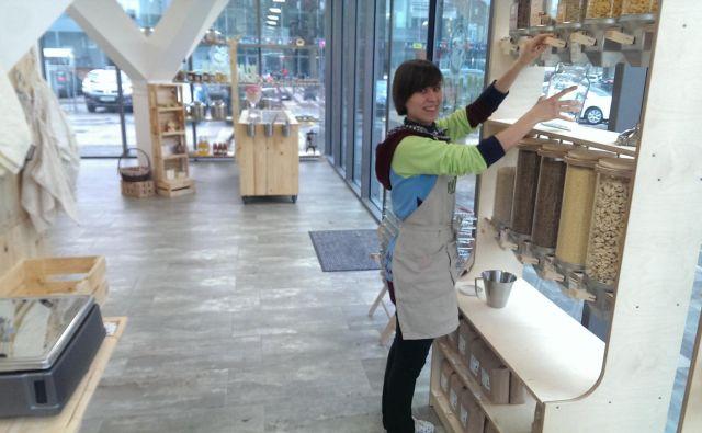 Manca Behrič v trgovini Rifuzl polni steklenko. FOTO: Aleš Stergar