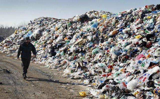 Stroški odstranitve odpadkov bodo menda znašali več kot milijon evrov. FOTO: Leon Vidic/Delo
