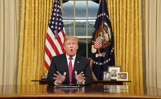 Donald Trump je v prvem televizijskem nagovoru države poskušal prepričati javnost, da podpre njegove zahteve za gradnjo zidu na južni meji. FOTO: AFP