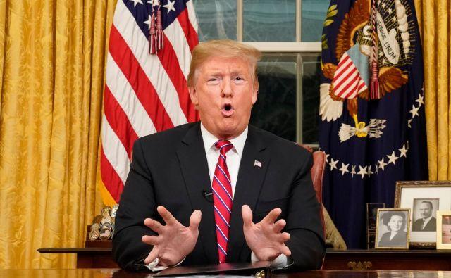 Donald Trump je v predsedniškem nagovoru dejal, da »naraščajoča kriza na meji« ogroža na milijone Američanov. FOTO AFP