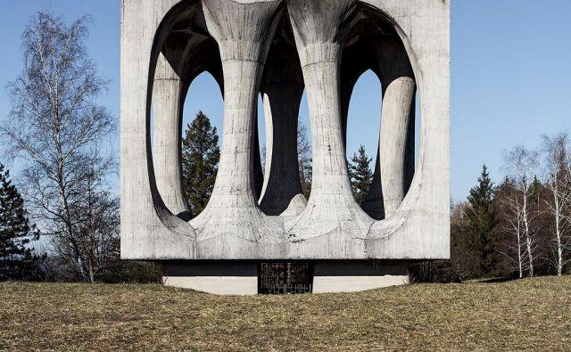 Spomenik NOB v Ilirski Bistrici (avtorja: kipar Janez Lenassi in arhitektka Živa Baraga) je eden tistih, ki jih tuji občudovalci jugoslovanskih povojnih spomenikov najraje fotografirajo. Fotodokumentacija Dela