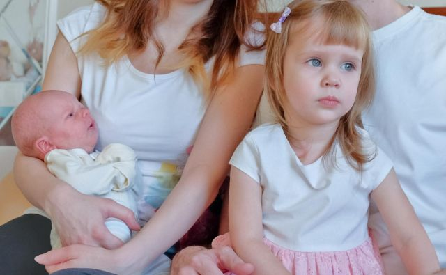 Ko mu iz porodnišnice prinesejo brata ali sestro, starejši otrok pozornost, ki jo starši namenjajo dojenčku, doživlja kot izgubo ljubezni in se odzove z ljubosumjem. FOTO: Shutterstock