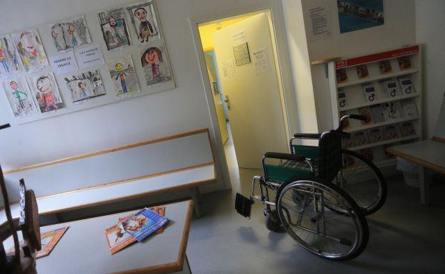 V Sloveniji imamo časovno neomejeno trajanje bolniškega staleža in neomejeno absolutno višino nadomestila. FOTO: Tadej Regent