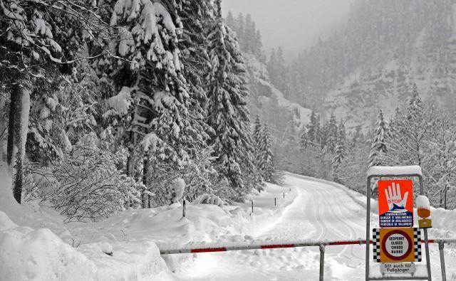 Na tisoče Avstrijcev je ujetih v svoje domove, številne ceste so zaprte, avstrijski vremenoslovski center (UWZ) pa je za šest zveznih dežel razglasil rdeča opozorila. FOTO: Harald Schneider/AFP