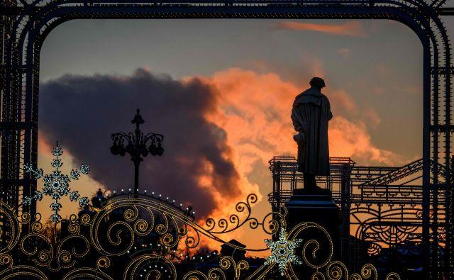 Pogled na elektrarno za spomenikom ruskega pesnika Aleksandra Puškina v Moskvi. FOTO: Mladen Antonov/AFP