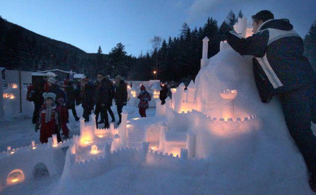 Nekoč se je eden od graditeljev na velikanskem kupu umetnega snega pojavil z motorno žago, s katero bi lahko hitreje izdelal snežne zidake. Brnela je zgolj nekaj sekund, nato je tako kot drugi moral poprijeti za ročno. FOTO: Ljubo Vukelič/Delo