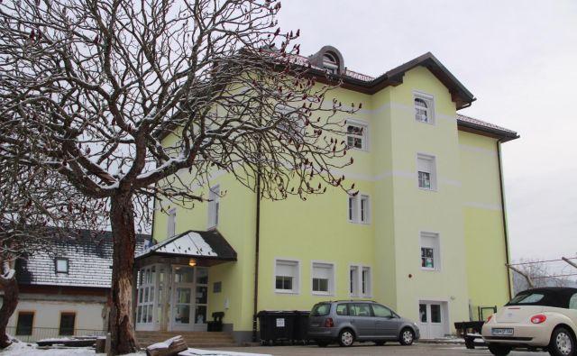 V stari podružnični šoli v Adlešičih imajo zaradi vozačev z matične šole v Črnomlju dvakrat več učencev kot sicer.