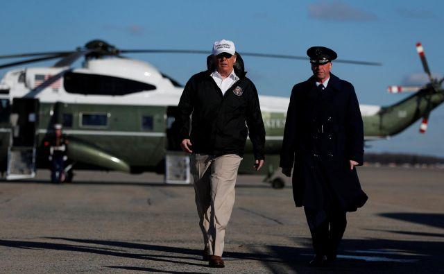 Donald Trump (levo) je sporočilo o varnostni krizi širil med obiskom obmejnega območja v Teksasu. FOTO: Reuters