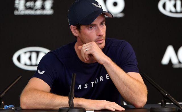 Andy Murray na novinarski konferenci, kjer je napovedal slovo, ni mogel skriti čustev. FOTO: AFP