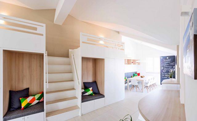 V dnevnem delu apartmaja za največ osem ljudi so s pohištvom po meri zagotovili še dve ležišči, pridobili dodatne uporabne površine in izkoristili večji prazen prostor, ki ni bil namenjen ničemur. Foto: Piqant