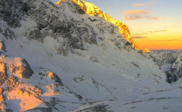 Pogled na triglavski ledenik s Kredarice, kjer je bil letos že dosežen rekord v najtanjši snežni odeji od začetka meritev. FOTO: Kamera Triglavski Ledenik, Projekt Preučevanje Slovenskih Ledenikov, Giam ZRC SAZU