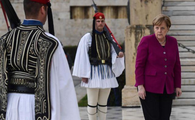 Kanclerka Angela Merkel se je v Atenah soočila tudi z grškimi očitki na račun nemške okupacije med drugo svetovno vojno. FOTO: AFP