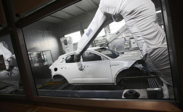 Vse je pripravljeno za začetek proizvodnje, tako je videti lakirnica od znotraj, robot je karoserijo jaguarja pobarval v treh minutah. Foto Tadej Regent