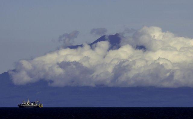 Oblaki deloma zakrivajo vulkansko pobočje otoka Kunašir, ki je del Južnih Kurilov. September 14, 2015. REUTERS/Thomas Peter/File Photo - S1BEUDXNXOAB Foto Thomas Peter Reuters