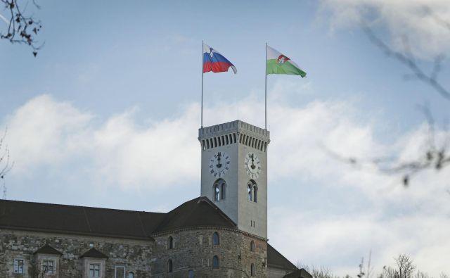 Na Ljubljanskem gradu končno plapola slovenska zastava. FOTO: Leon Vidic/Delo