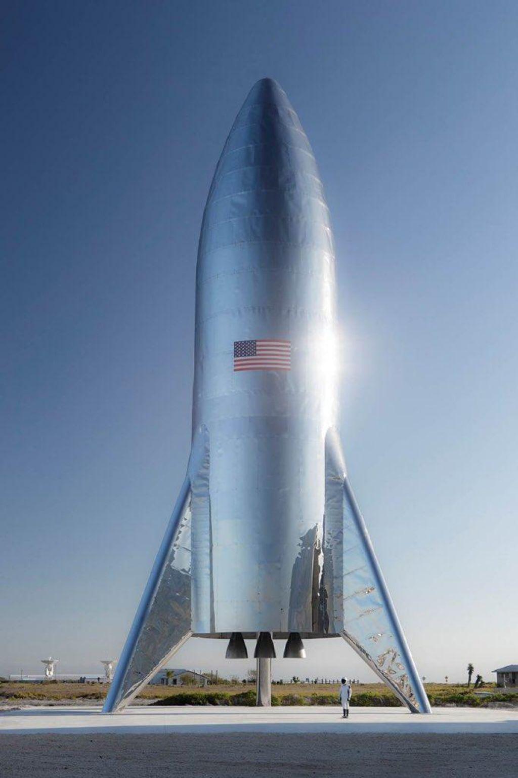 Musk predstavil bleščečo Zvezdno vesoljsko ladjo (VIDEO)