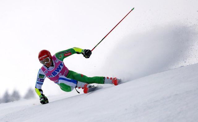 Žan Kranjec je po polovici tekme za vodilnim zaostajal skoraj sekundo, v finalu je z 10. napredoval na peto mesto. FOTO: Stefan Wermuth/Reuters