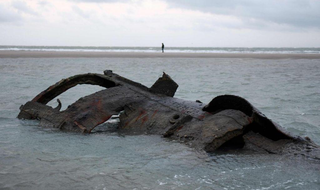 Ob francoski obali so se iz vode prikazale razbitine nemške podmornice