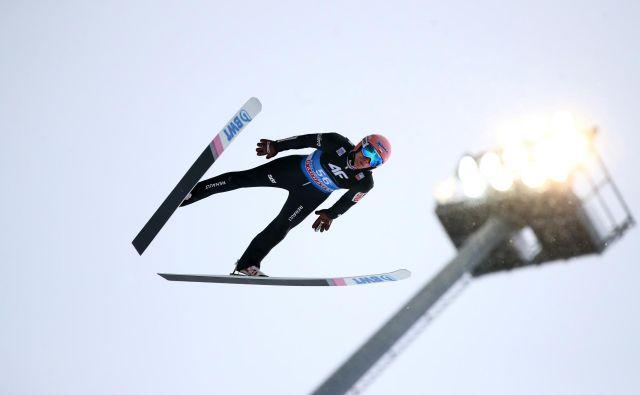 Dawid Kubacki jev Predazzu slavil premierno zmago, pred tem se je šestkrat uvrstil na stopničke, a nikoli na najvišjo. FOTO: Reuters