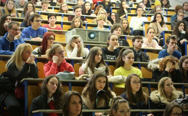 Čeprav se je letošnje študijsko leto že prevesilo v drugo polovico, se študenti ukvarjajo predvsem z eksistenčnimi vprašanji. Foto Jure Eržen