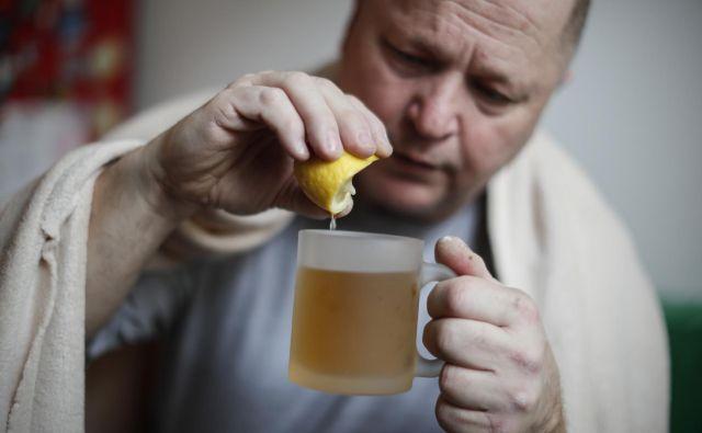 Pri gripi si težave blažimo s čajem in tabletami proti temperaturi.