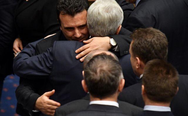 Makedonski premier Zoran Zaev je po potrditvi sporazuma z Grčijo čestital poslancem. FOTO: Tomislav Georgiev/Reuters