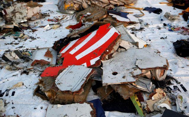 Razbitine letala, ki je s 189 ljudmi na krovu strmoglavilo v morje ob Indoneziji. FOTO: Willy Kurniawan/Reuters