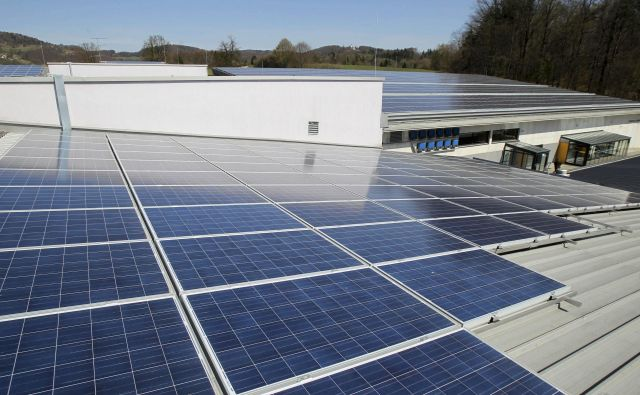 Sosedje bodo lahko zgradili sončno elektrarno na šoli in varčevali. FOTO: Marko Feist/Delo