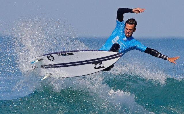 Izraelski surfar Gil Keren v akciji na kvalifikacijah SEAT Pro v izraelskem mestu Netanya.Foto Jack Guez Afp