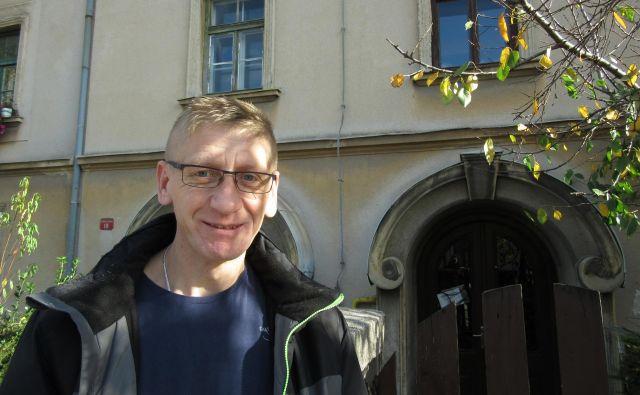 Štefan Plavčak pričakuje, da bodo njihova stanovanja odkupili in stanovalce preselili drugam ali pa odstranili črni gradnji orodjarne. FOTO: Špela Kuralt/Delo