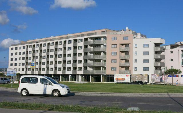 Stanovanja na Ferrarski cesti, nasproti koprskega sodišča, bo po pričakovanjih mogoče kupiti še pred poletjem. Foto Boris Šuligoj