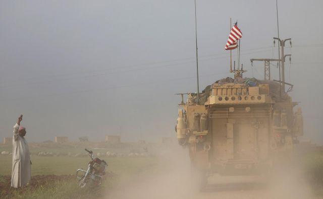 Trump je z nekaj sporočili prek twitterja v zadnjih tednih iztiril ameriška prizadevanja v Siriji in z nenadno napovedjo umika povzročil globoko diplomatsko krizo. FOTO Reuters