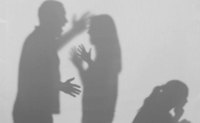 Starša sta se med drugim redno ponoči kregala vpričo desetletnega sina in triletne hčerke, zaradi česar je bila deklica neprespana. FOTO: Shutterstock