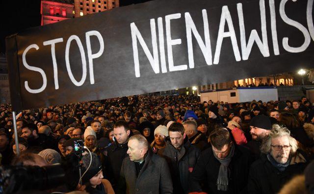 Na tisoče ljudi se je zbralo na shodu proti nasilju in sovražnosti. FOTO: Janek Skarzynski/AFP