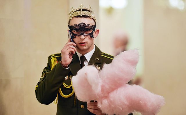 Portret beloruskega vojaškega kadeta med velikim novoletnim balom v Bolšoj teatru opere in baleta v Minsku.Foto Sergei Gapon Afp