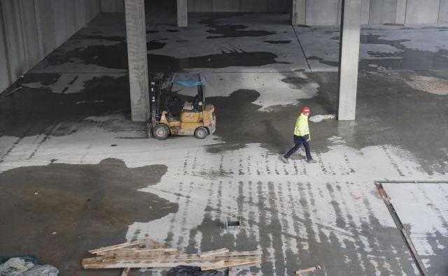 Rast gradbeništva poganja tudi gradnja proizvodnih in logističnih objektov. Na fotografiji delavec na gradbišču obrata Lonstroffa v Logatcu. Foto: Uroš Hočevar