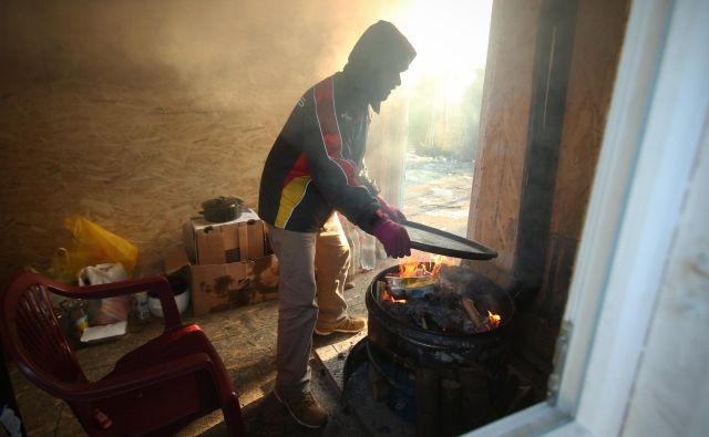 Eritrejec Haled Ali je v Bosni in Hercegovini že štiri mesece. V tem obdobju se je čez Hrvaško že trikrat poskusil prebiti do Slovenije. FOTO: Jure Eržen/Delo