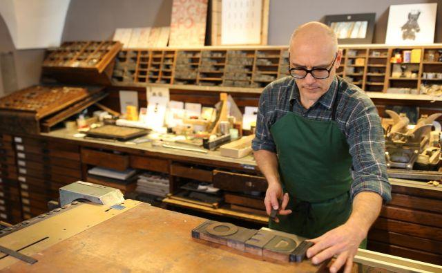 Marko Drpić: »Pri visokem tisku se uporabljajo izbočeni in vbočeni tiskarski elementi. Tiskarska barva se prime samo na izbočene elemente in z njih se prenaša na tiskarski material.« Foto Tomi Lombar