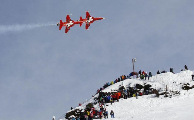 Prirediteljem v Wengnu nagaja novozapadli sneg. FOTO: Ruben Sprich/Reuters