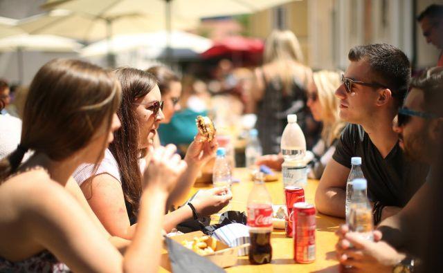 Posebej nezdravo se prehranjujejo mladostniki, študenti in mlajši odrasli, stari od 25 do 34 let, ki zaradi trenutnega zdravja in dobrega počutja svojemu zdravju in prehrani ne posvečajo tolikšne pozornosti, saj še nimajo toliko pridruženih zdravstvenih težav kot starejša populacija. Foto Jure Eržen