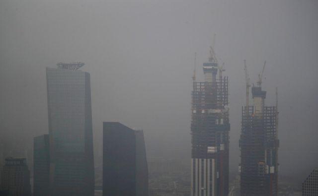 Fini delci v onesnaženem zraku precej povečujejo tveganje za pojav pljučnega raka, so ugotovili znanstveniki na Državni univerzi v Seulu. FOTO: Kim Hong-ji/Reuters