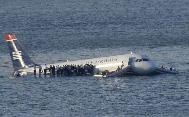 Vseh 155 ljudi na krovu je preživelo nesrečo. FOTO: Brendan Mcdermid/Reuters