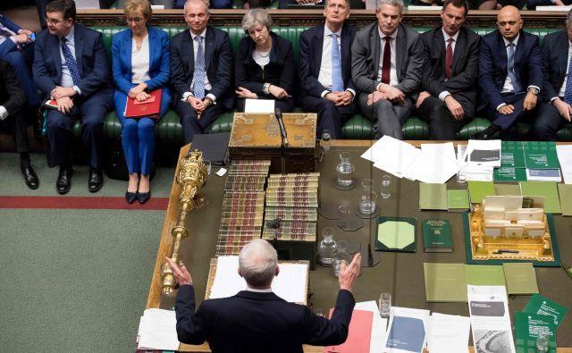Proti ratifikaciji izstopnega dogovora je poleg opozicije glasovalo še vsaj 118 poslancev vladajoče konservativne stranke in vsi poslanci severnoirski demokratičnih unionistov. FOTO: Jessica Taylor/Afp