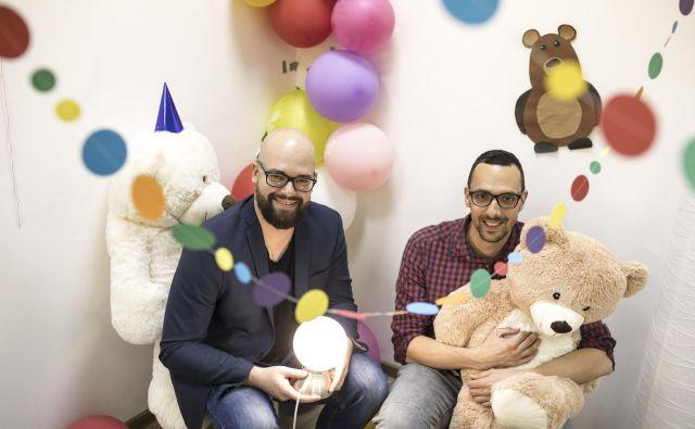 Mic Melanšek in Rado Daradan (levo) – Neklasična menedžerja, ki sta v podjetju še vedno vpeta v vse, saj bi jima bilo drugače menda dolgčas. Njuno glavno vodilo je, da mora biti delo igra, ki prinaša vedno nove izzive. FOTO: Voranc Vogel/Delo