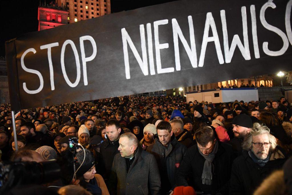 FOTO:Poljaki po županovem umoru na ulicah: Prenehajmo s sovraštvom! (VIDEO)