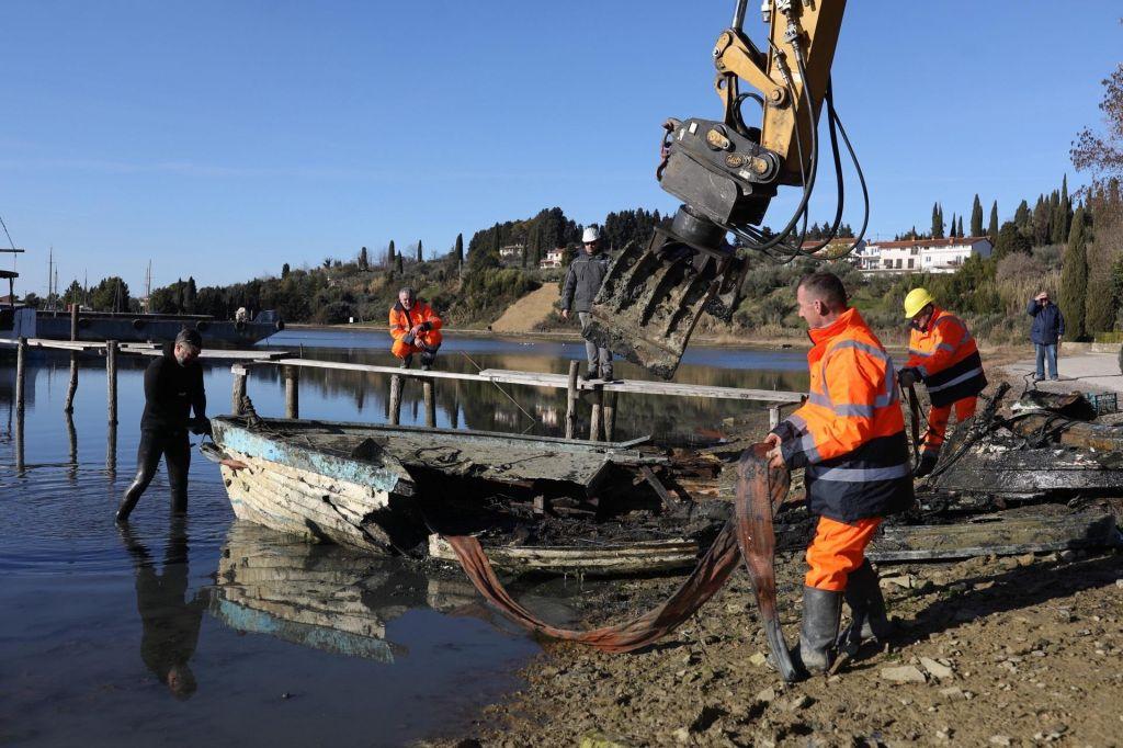 FOTO:Iz Jernejevega kanala so začeli odstranjevati potopljena plovila (FOTO)
