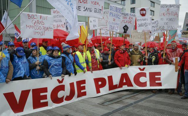 Med zahtevami sindikatov je tudi vzpostavitev novega plačnega modela. Foto Jože Suhadolnik