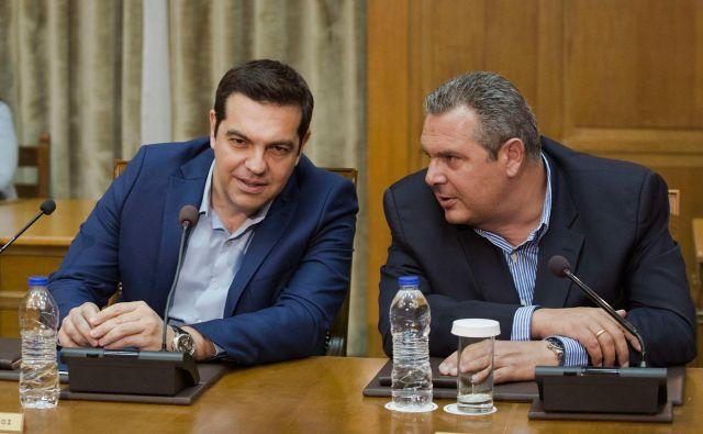 Aleksis Cipras in Panos Kammenos (desno) krepita pozicije pred skorajšnjimi izrednimi ali rednimi volitvami. FOTO: Petros Giannakouris