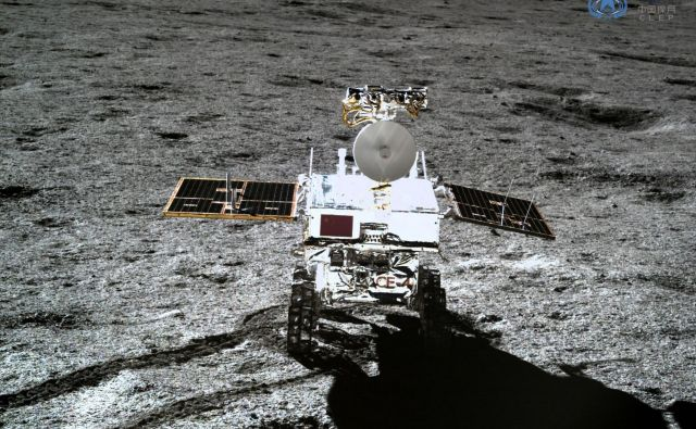Rover Žadasti zajec 2 na Luni. FOTO: China National Space Administration (CNSA)/AFP