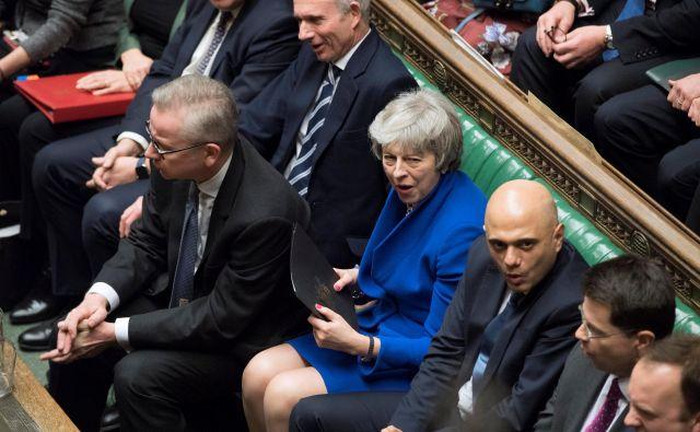 Britanska premierka med razpravo o nezaupnici. FOTO: Jessica Taylor/ REUTERS